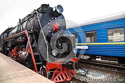 El tren viejo del vapor está saliendo de una estación