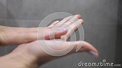 El uso de cosméticos naturales Hembras que frotan espuma para lavarse la cara Espuma, hidratante gel de piel almacen de metraje de vídeo