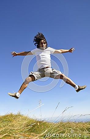 El varón que salta para la alegría