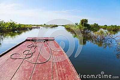 El viajar a través del lago sap de Tonle