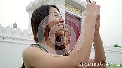 El viaje asiático del día de fiesta del gasto del blogger de la mujer del backpacker del viajero en la señal asombrosa disfruta d almacen de video