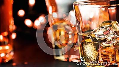 El whisky de colada en barra presenta cerca de la atmósfera caliente de las botellas almacen de video