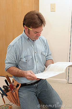 Free Electrician Reads The Manual Stock Photos - 1173253