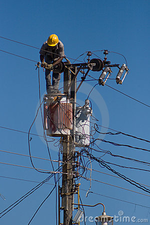 Free Electrician Repairs A Wire Of The Power Line Royalty Free Stock Image - 4673276
