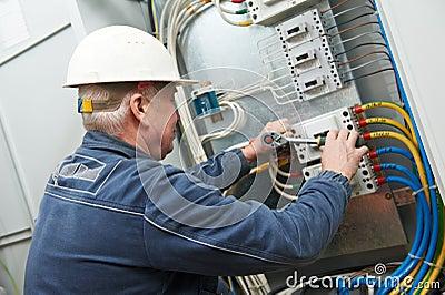 Electrician tighten the screws