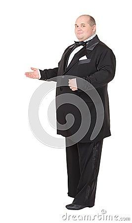 Elegancki gruby mężczyzna w łęku krawata wskazywać