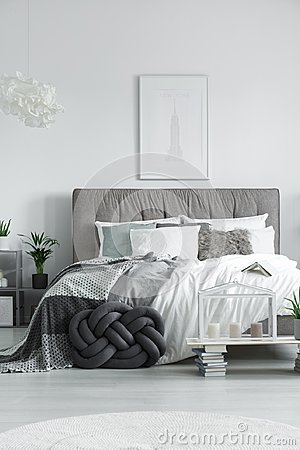Free Elegant Double Bed With Pillows Royalty Free Stock Images - 101561469