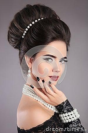 Free Elegant Fashion Jewelry Woman Portrait. Brunette Lady With Makeu Royalty Free Stock Photos - 97366178
