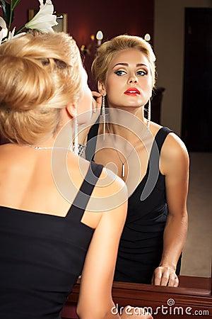 Free Elegant Fashionable Woman With Diamond Jewelry. Stock Image - 27972961