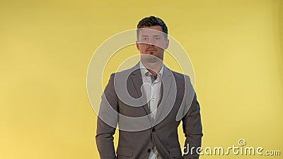 Elegant man in het pak die op iemand wacht stock videobeelden