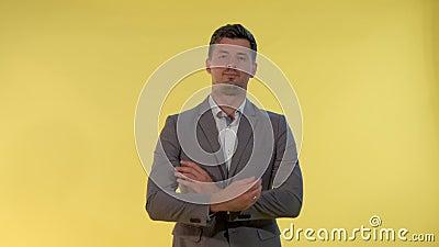 Elegant man in pak spreidt handen naar de zijkanten en zegt: 'Ik weet het niet' stock footage