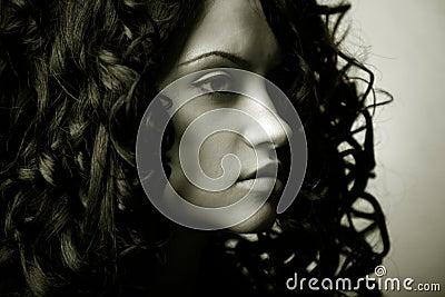 Elegant meisje met krullend haar