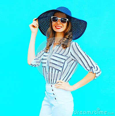 Free Elegant Young Smiling Woman Wearing A Straw Hat, White Pants Royalty Free Stock Images - 117726239