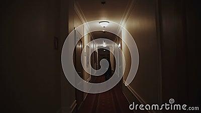 Im Hotel die junge Schulgöre entjungfert
