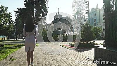 Elegante vrouw die in fabelachtig ochtendpark lopen in langzame motie stock footage