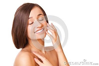 Eleganzfrau mit gesunder sauberer Haut