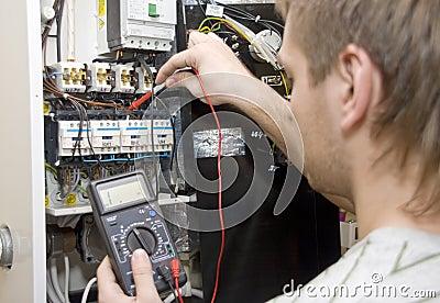 Elektriker bei der Arbeit