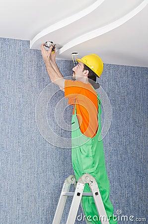 Elektriker, der an dem Kabeln arbeitet