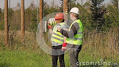 Elektryka inżynier wyjaśnia pracownik wyznaczająca praca zbiory