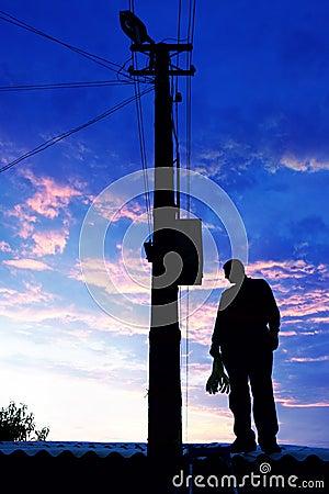 Eletricista no telhado