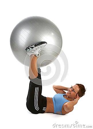 Elevación de la bola - mujer joven que muestra diversos ejercicios.