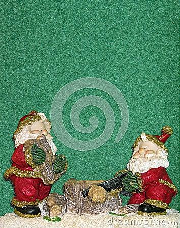 Elfi che tagliano legno sotto la neve