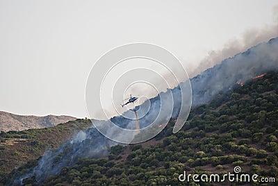 Elicottero contro fuoco in Sardegna
