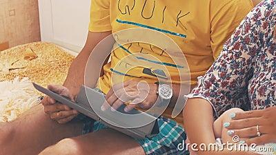 Eltern steuern mit Baby automatisch an familie Vaterspiel in der Tablette Mutterpausenkind Liebe stock video