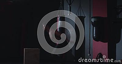 Em uma aula de cruz, um atlético forte fazendo exercícios de salto em caixas de madeira, tem uma intensidade filme