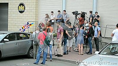 Embaixada dos Países Baixos (Kiev), repórteres durante o memorial memorável, video estoque