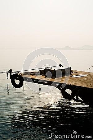 Embarcadero abandonado en la puesta del sol
