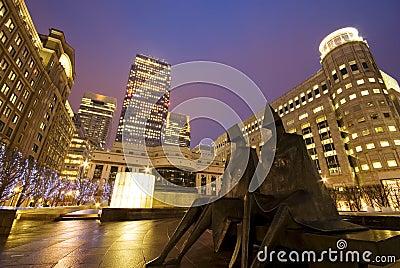 Embarcadero amarillo en la noche Foto editorial