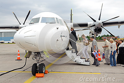 embarquement sur l 39 avion baltique de propulseur d 39 air photographie ditorial image 29586882. Black Bedroom Furniture Sets. Home Design Ideas