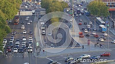 Embouteillage à Madrid près de la gare d'Atocha Mouvement accéléré clips vidéos