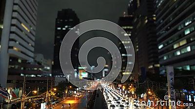 embouteillage de Temps-faute le long de l'avenue au district des affaires la nuit banque de vidéos