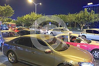 Embouteillage pendant la nuit Image éditorial