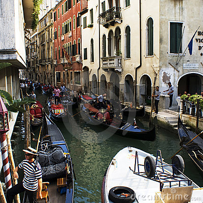 Embouteillages aux canaux dans Venezia Photographie éditorial