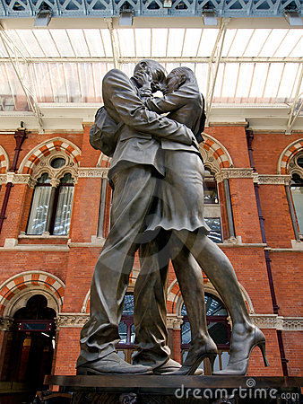 The Embracing Couple of St Pancras Editorial Stock Image