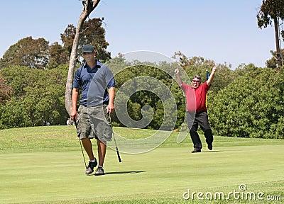 Emoción del golf de la victoria y agonía de la derrota