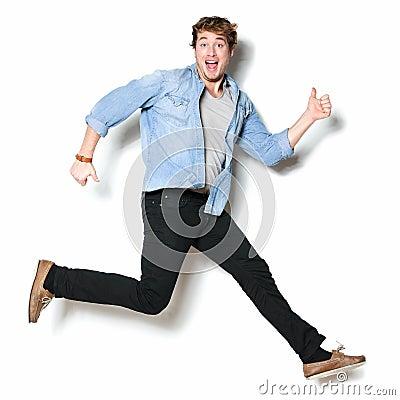 Emocionado feliz de salto del hombre
