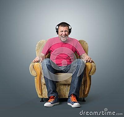 Emocjonalny mężczyzna słucha muzyka na hełmofonach