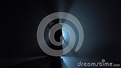 Emotionele ballerina's die in duisternis over magische schijnwerper dansen Langzame Motie stock videobeelden