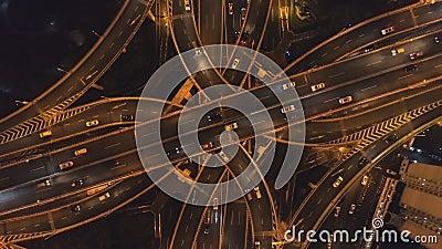 Empalme de camino complejo en la noche Ciudad de Shangai China Visi?n de arriba hacia abajo vertical a?rea almacen de video