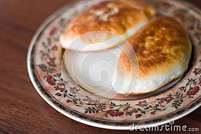 Empanada dos con la carne en una placa