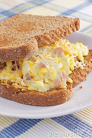 Emparedado del desayuno de la tortilla de huevos del jamón