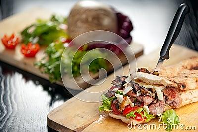 Emparedado italiano con la salchicha y la berenjena