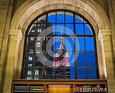 Empire state building allum comme vu par la fen tre de la for Building sans fenetre new york