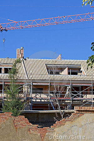 Emplazamiento del edificio o de la obra con la grúa