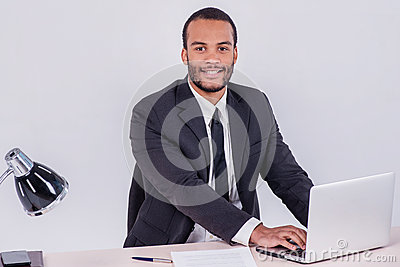 employ de bureau homme d 39 affaires africain de sourire s 39 asseyant la table photo stock image. Black Bedroom Furniture Sets. Home Design Ideas