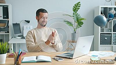 Empreendedor entusiasmado se sentindo feliz esfregando mãos sorrindo usando laptop no escritório filme